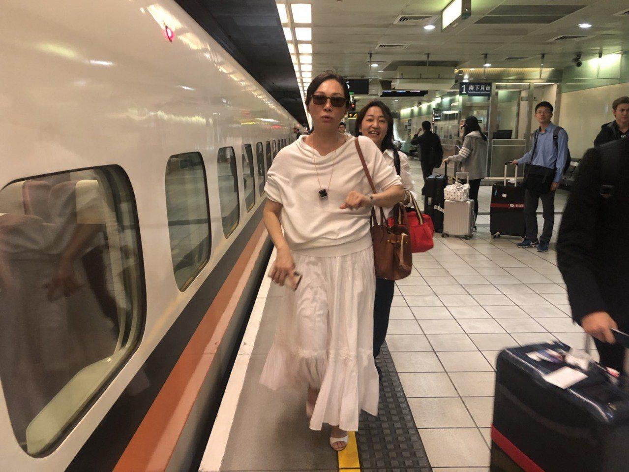 韓國瑜、李佳芬夫婦搭乘7時15分高鐵往高雄,韓說,我要馬上回市府上班,我熱愛工作...
