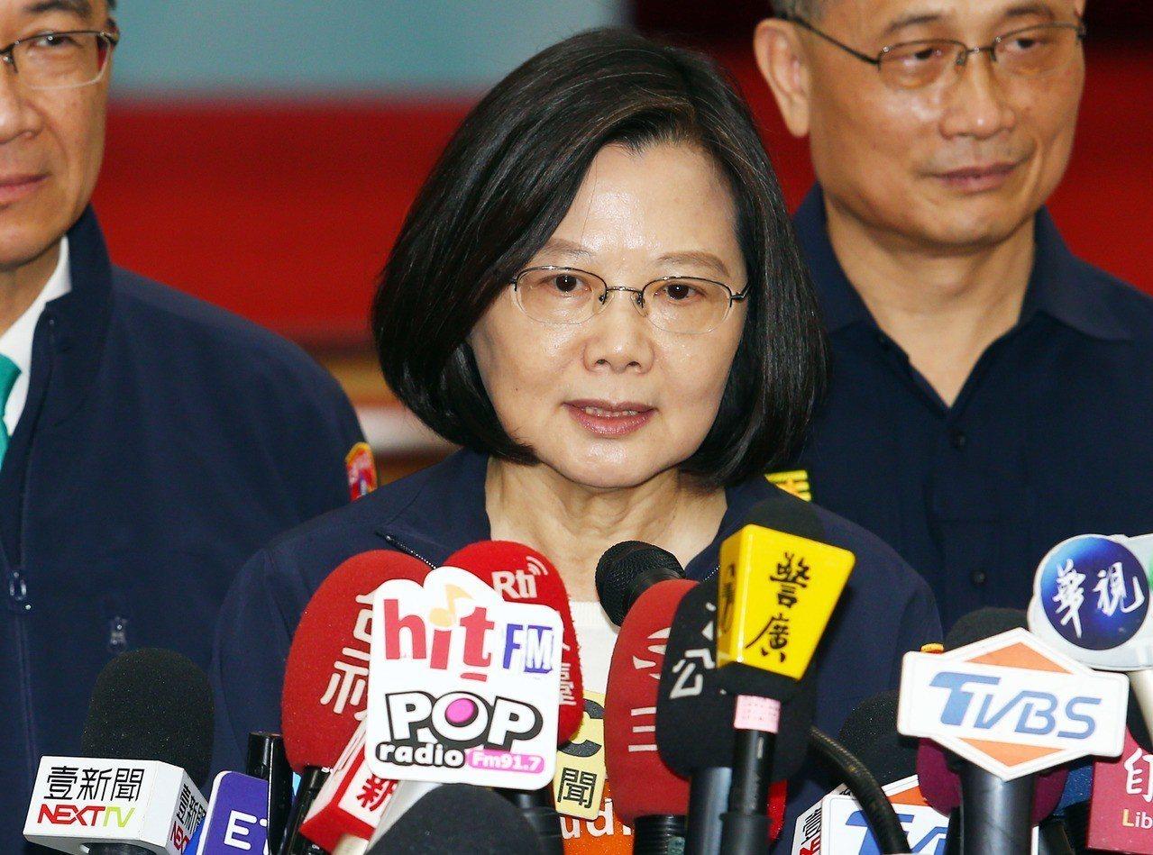 蔡英文總統(左)上午表示,當總統不是問神也不是當神,而是要照顧好台灣2300萬每...