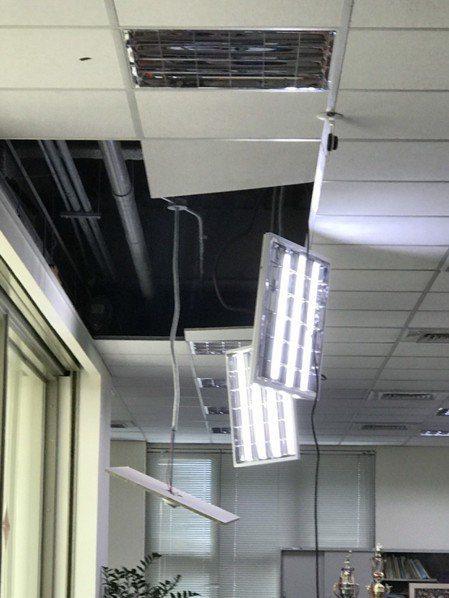 公司天花板掉落。 報系資料照