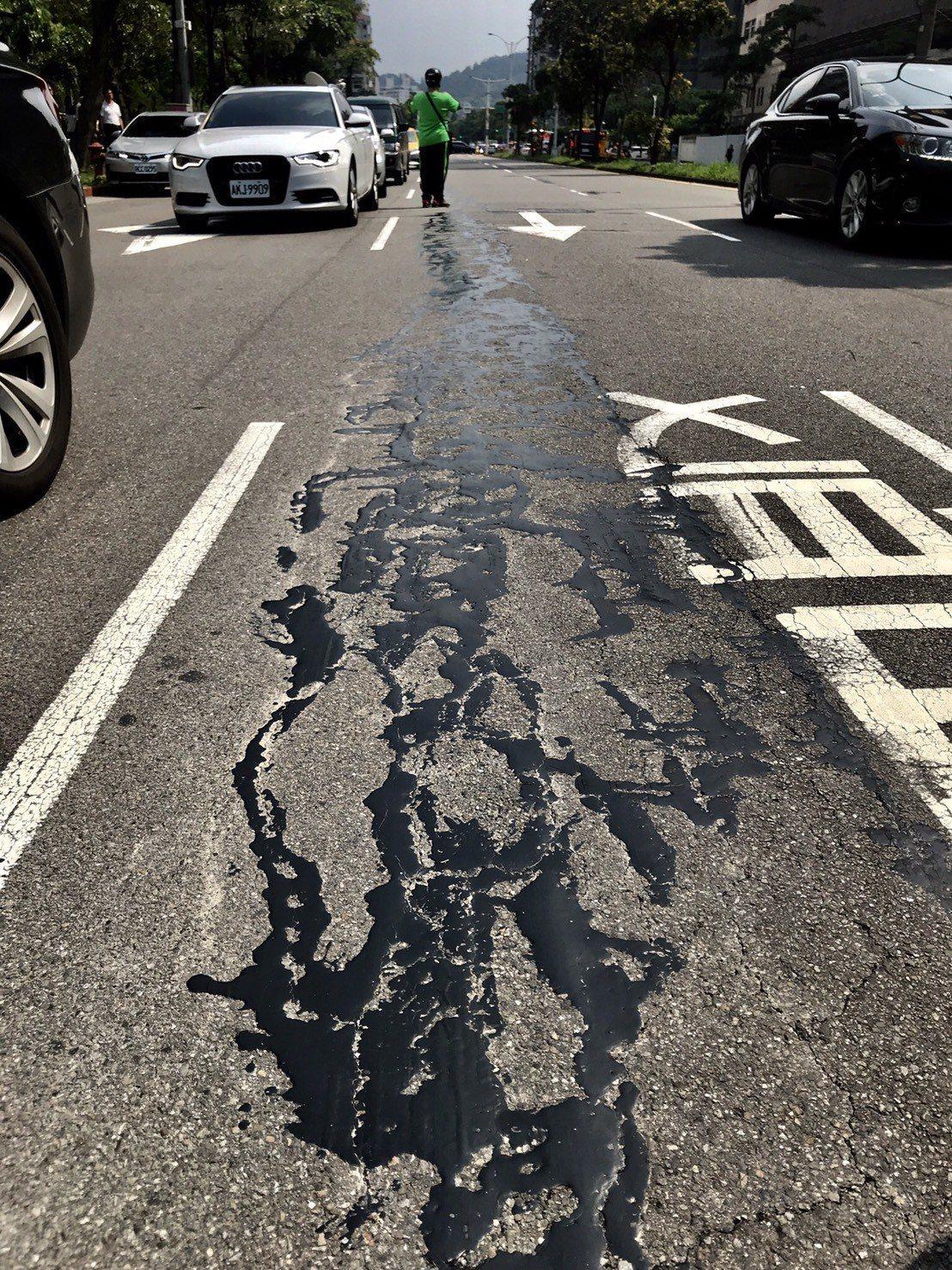 台北市松仁路華南銀行前的柏油路傳出地震後有裂縫,在網路瘋傳,經北市府派員查證,表...