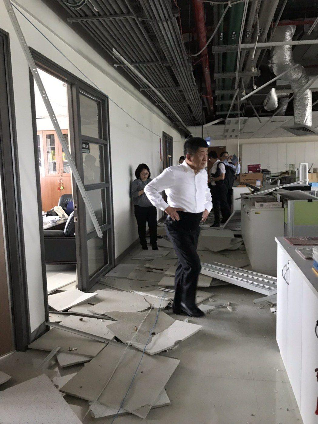 衛福部長陳時中到辦公室勘災。圖/衛福部提供