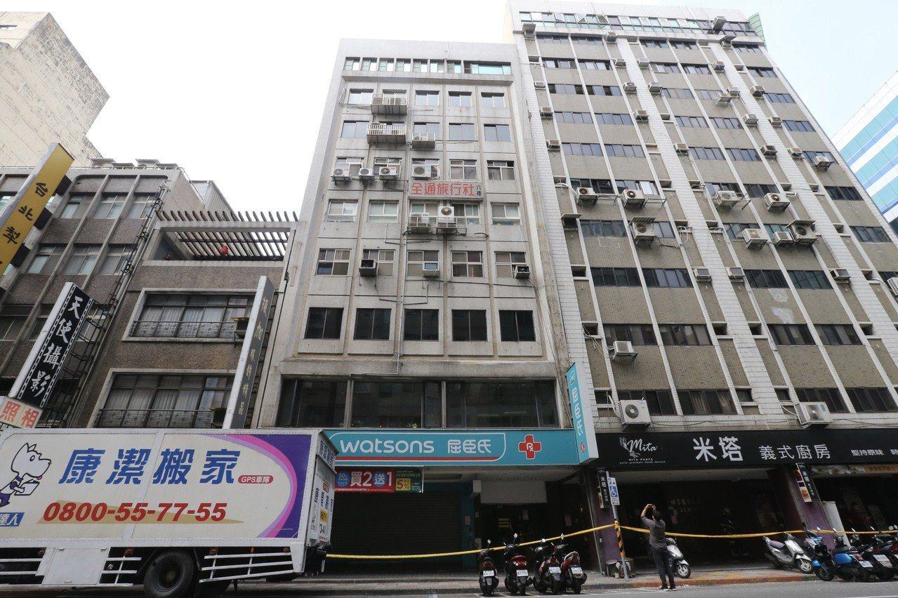 地震造成長安東路二段大樓傾斜。記者許正宏/攝影