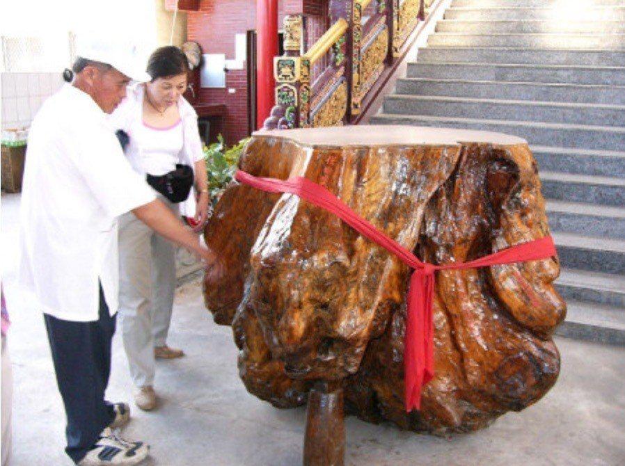宜蘭南澳天祝宮雕刻媽祖神像剩餘的樹頭。圖/聯合報系資料照片