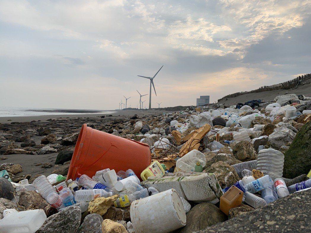 徒步環島活動歷經十年,海岸線的髒亂沒有改變。記者黃昭勇/攝影