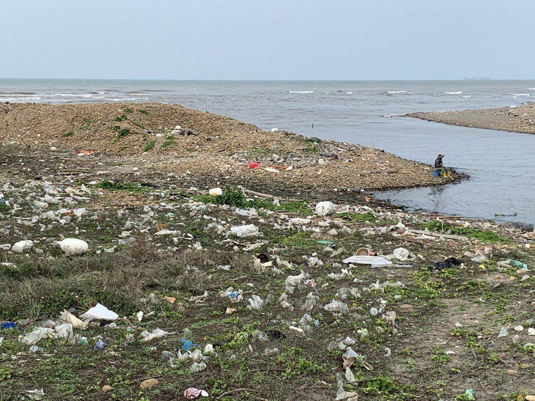 徒步環島活動歷經十年,海岸線的髒亂沒有改變。圖為堆滿垃圾的海岸。記者黃昭勇/攝影