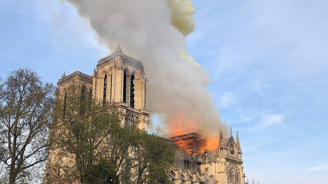 巴黎聖母院15日傍晚起火,重創這座850年歷史的世界遺產。(美聯社)