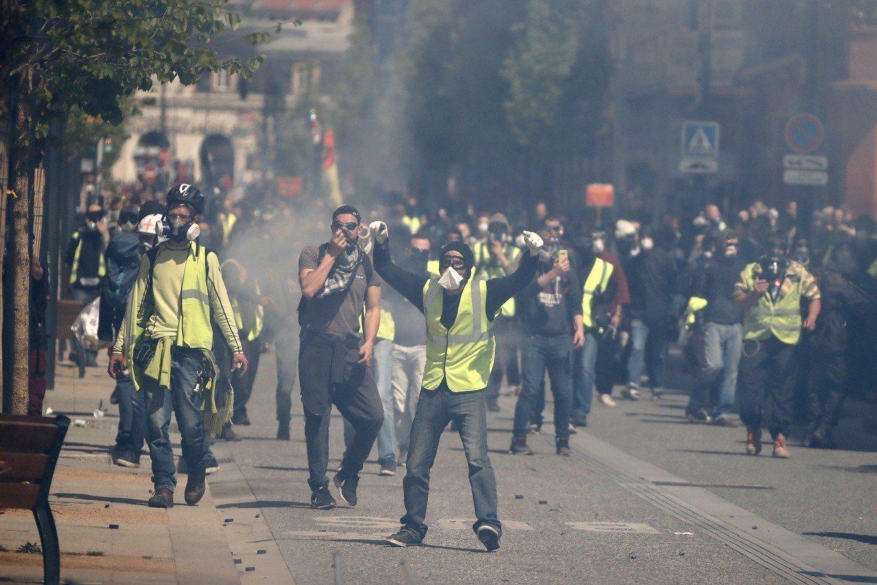 黃背心示威自去年11月中旬開始,已持續逾20個周末於全法國各地上街,圖為示威者1...