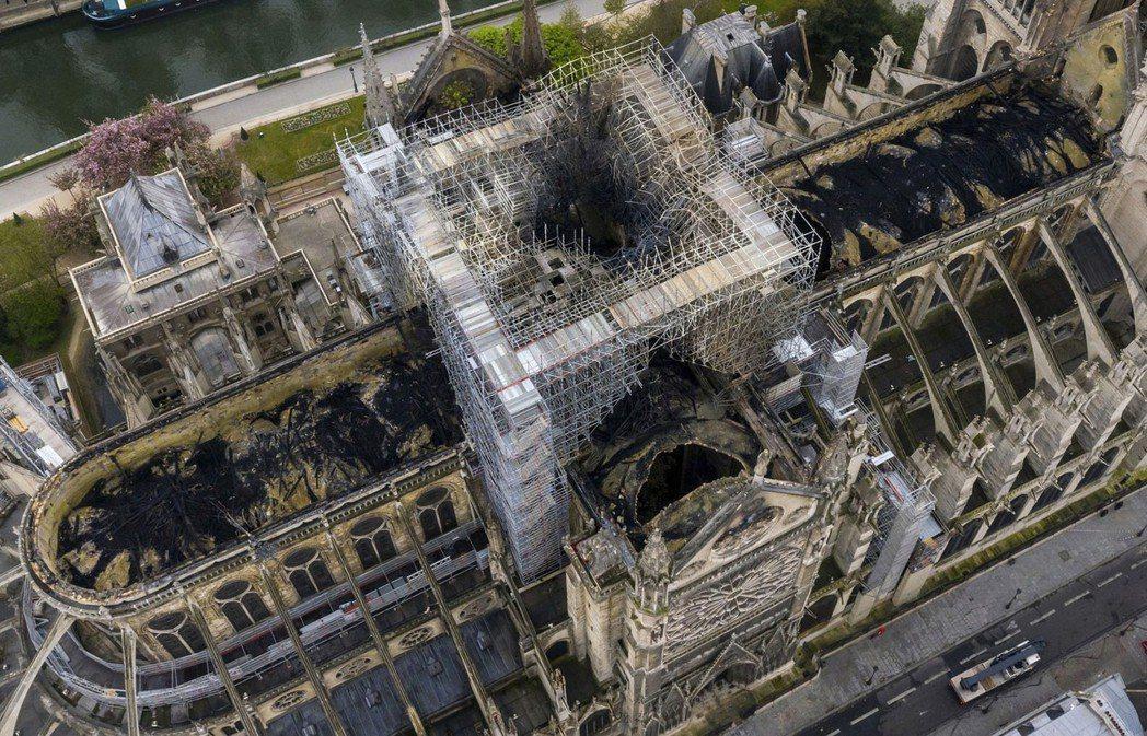 鳥瞰照顯示聖母院屋頂遭大火燒毀。(美聯社)