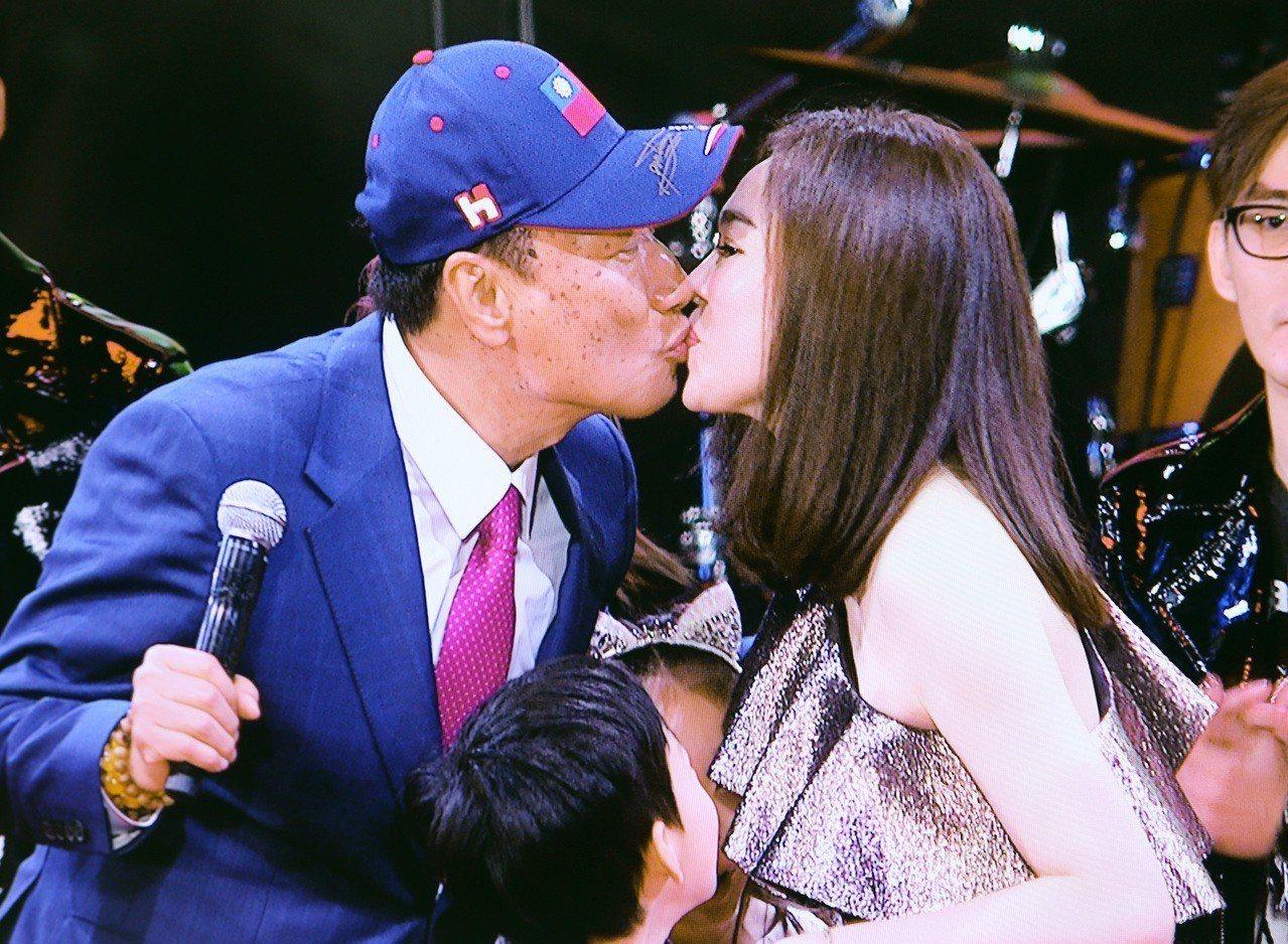 郭台銘2月在舞台上親吻太太曾馨儀時,頭上就戴國旗帽。圖/聯合報系資料照片