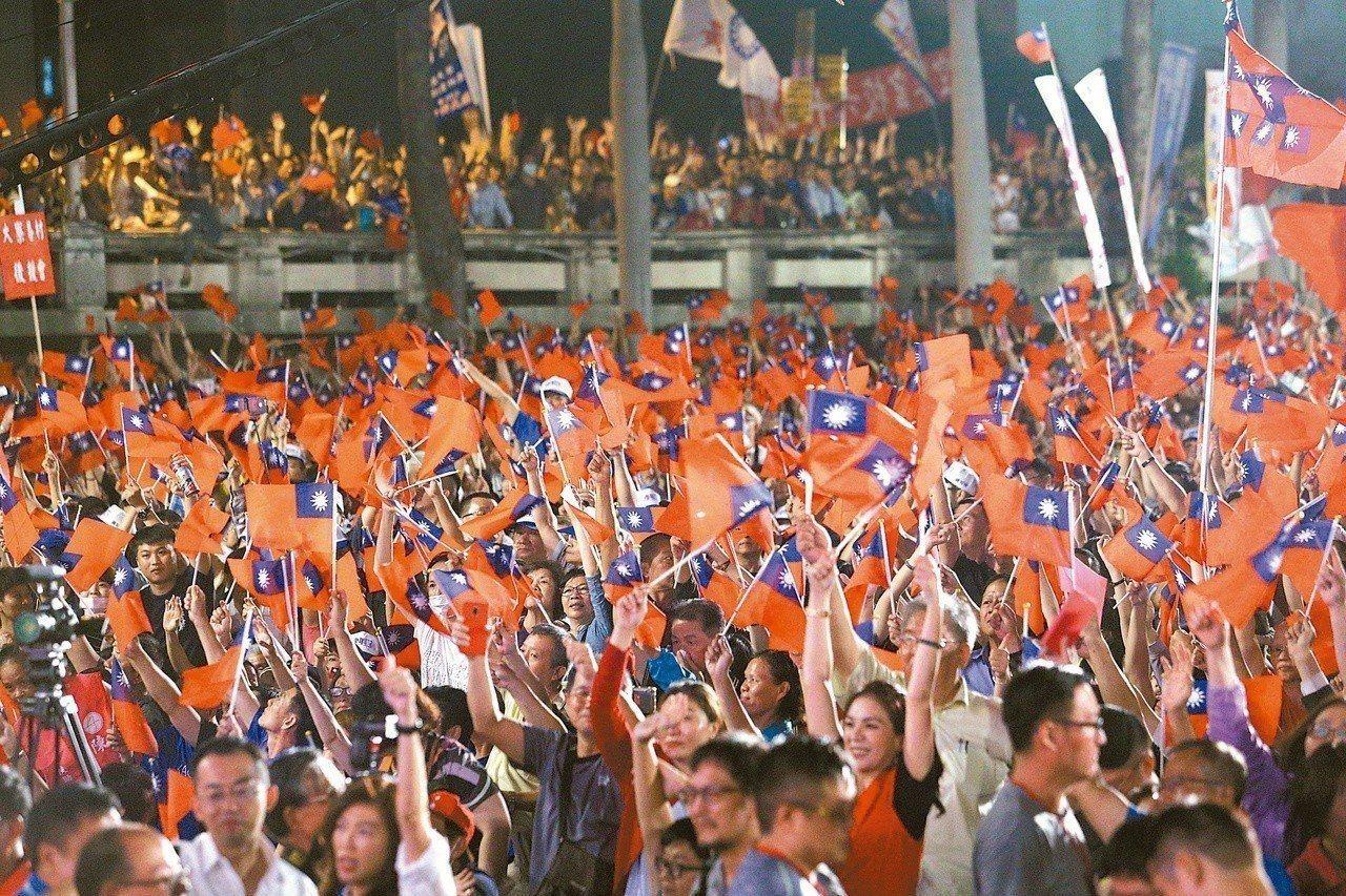 韓國瑜選前的造勢場合都是滿滿國旗海。圖/聯合報系資料照片