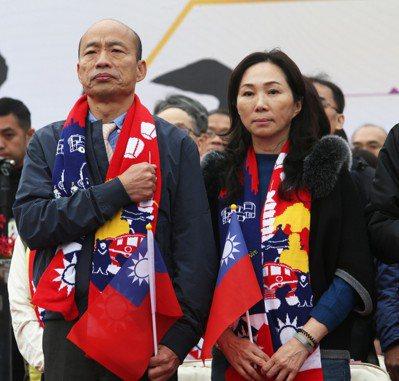 高雄市長韓國瑜(左)與夫人李佳芬(右)參加元旦升旗。圖/聯合報系資料照片