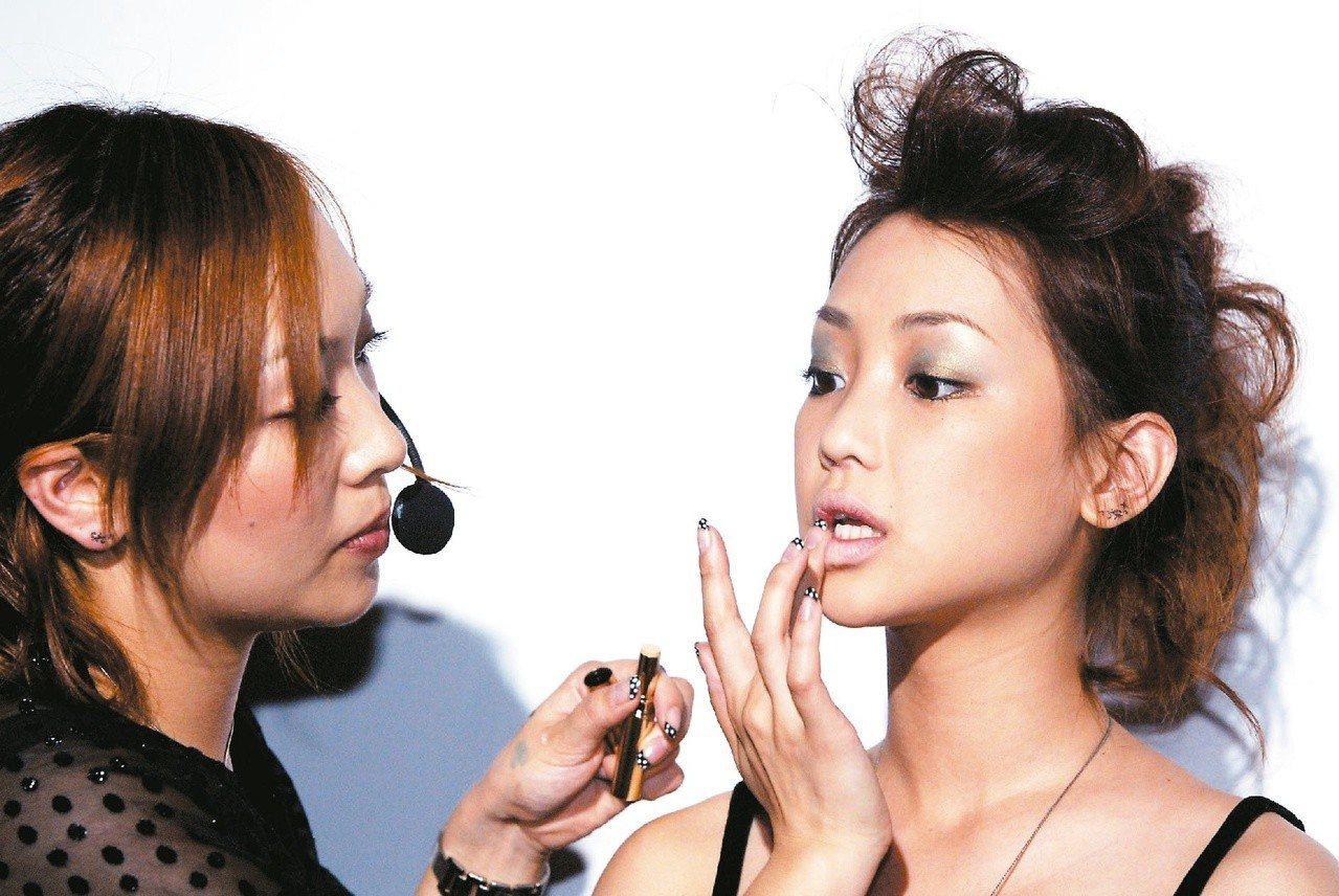 日本109辣妹彩妝導師(左)多年前曾來台示範天使與魔鬼雙LOOK。圖/聯合報系資...