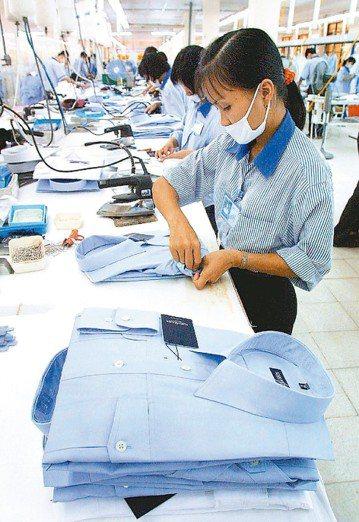 人民幣兌美元貶破7元關卡,可能衝擊區域市場的產業秩序。紡拓會表示,台灣紡織廠布局...