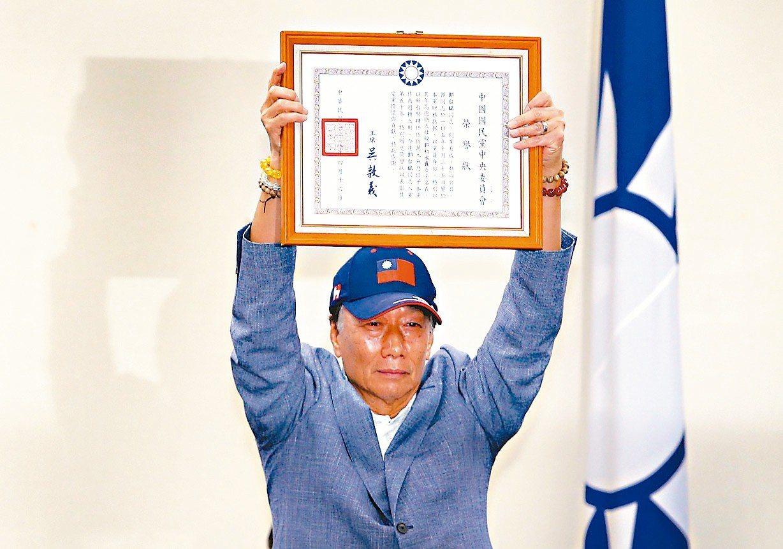 鴻海董事長郭台銘昨天接受國民黨致贈榮譽狀。 記者陳柏亨╱攝影