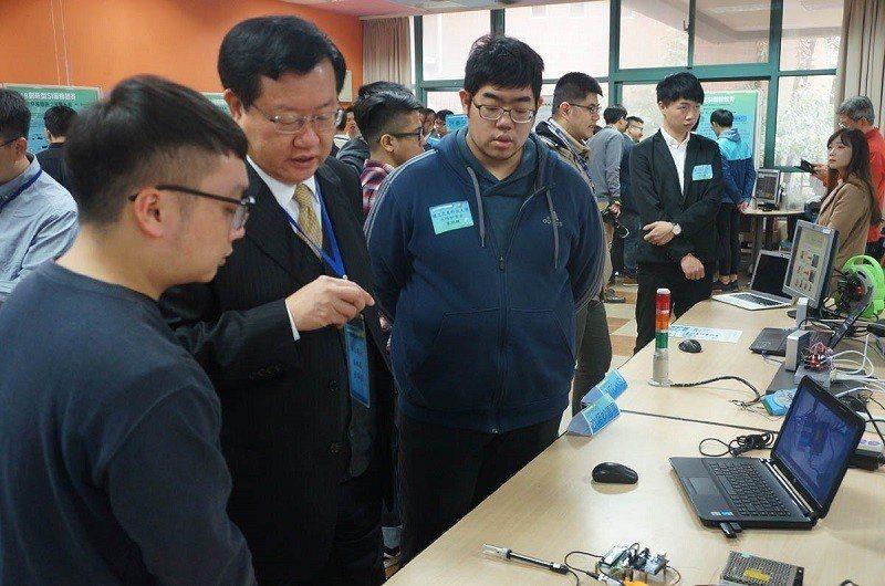 車王電子董事長蔡裕慶(左二)大力支持學子的創意,希望培育更多資訊菁英,回饋社會。...