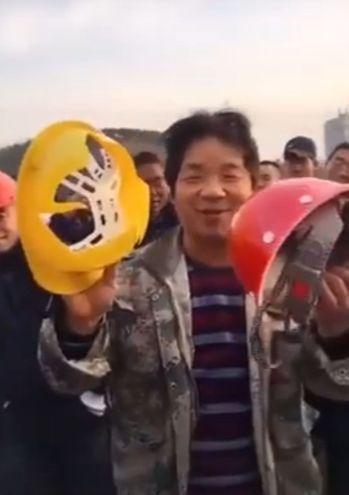 竇師傅拿著一黃、一紅安全帽碰撞,結果黃色安全帽立刻碰碎,紅色安全帽則完好無缺。 ...