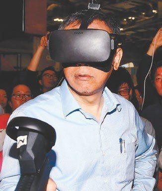 台北市長柯文哲上午出席2019 Future Commerce未來商務展,體驗三...
