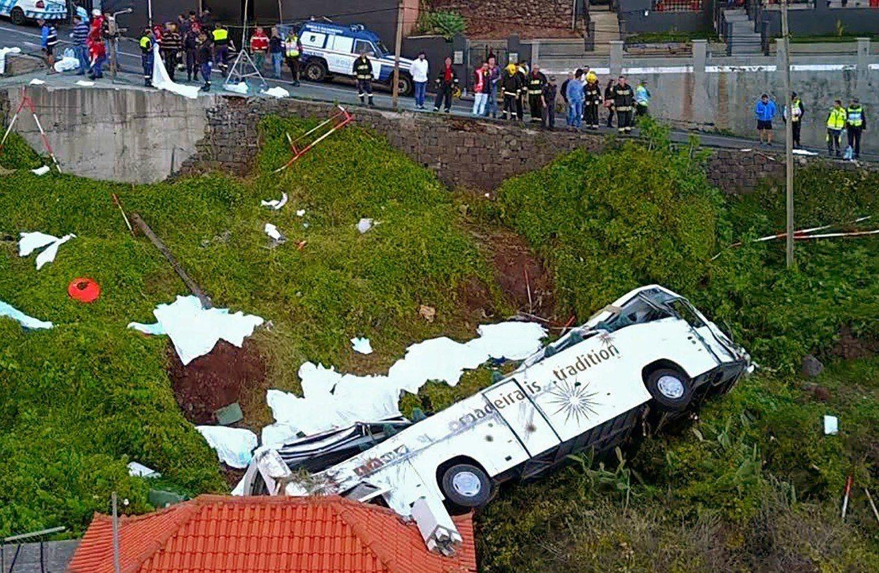 葡萄牙外島遊覽車翻覆。 法新社