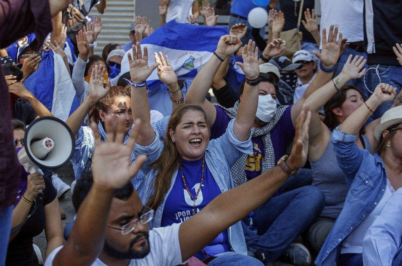 數以百計尼加拉瓜人今天無視政府示威禁令,走上街頭抗議。 路透