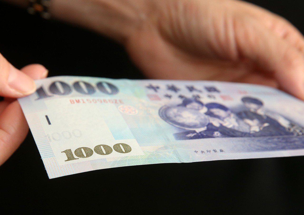 中央銀行今天揭露,新台幣壹仟元鈔券上,除了肉眼清楚可見的4位小朋友,旁邊其實還有...