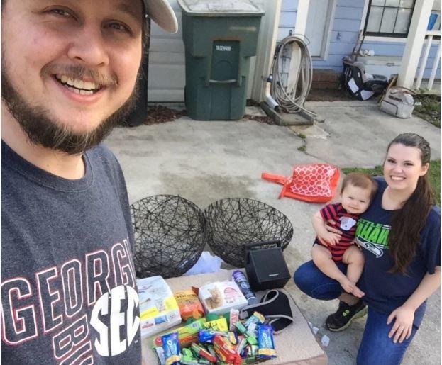 美國一對年輕情侶靠著從超市垃圾桶所翻出來的物品,順利養育8個月大的嬰兒,還成功買...