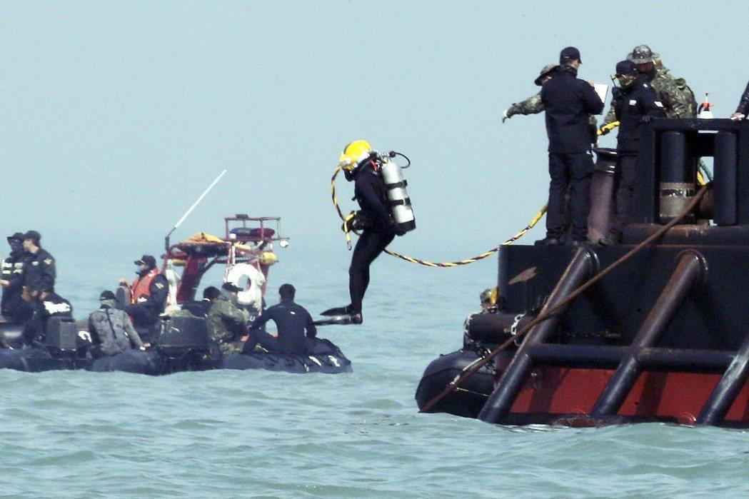 世越號於2017年被正式打撈上岸後,特調委查閱當時的初步檢證攝影畫面,還有201...
