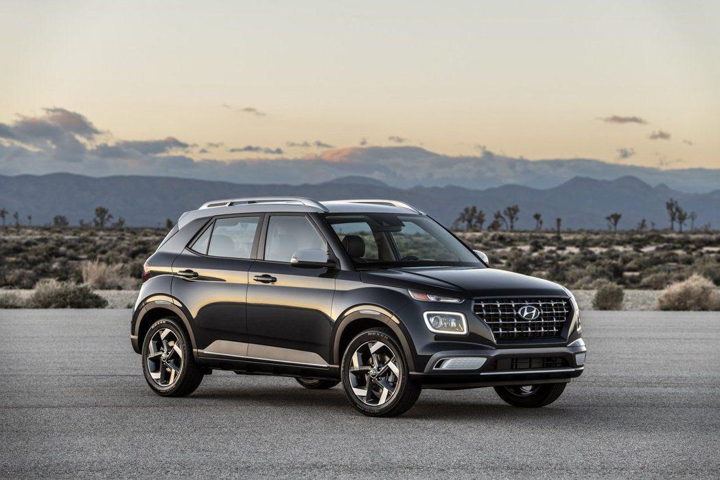 全新Hyundai Venue的車頭設計依舊採用SUV家族的分離式燈組造型。 摘...