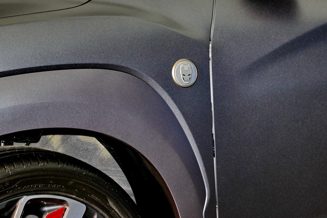 車側葉子版有鋼鐵人頭像設計。 記者陳威任/攝影