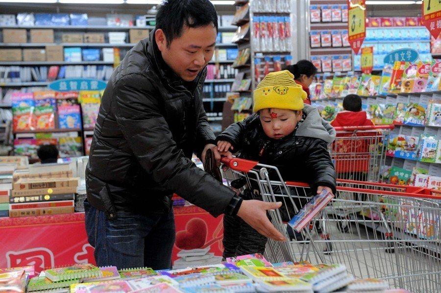 示意圖。賣場應該要讓消費者放鬆帶孩子購物。 圖/中新社