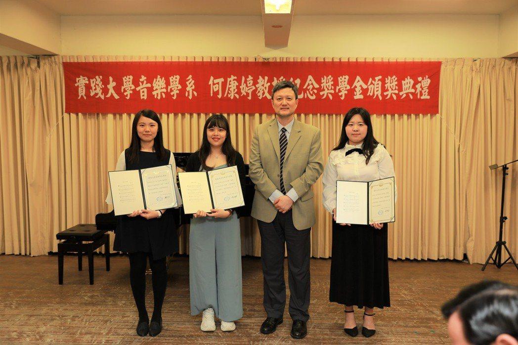 左起:黃靖媛同學、梁凱韻同學、何康國教授、吳芳瑀同學。 實踐大學/提供。