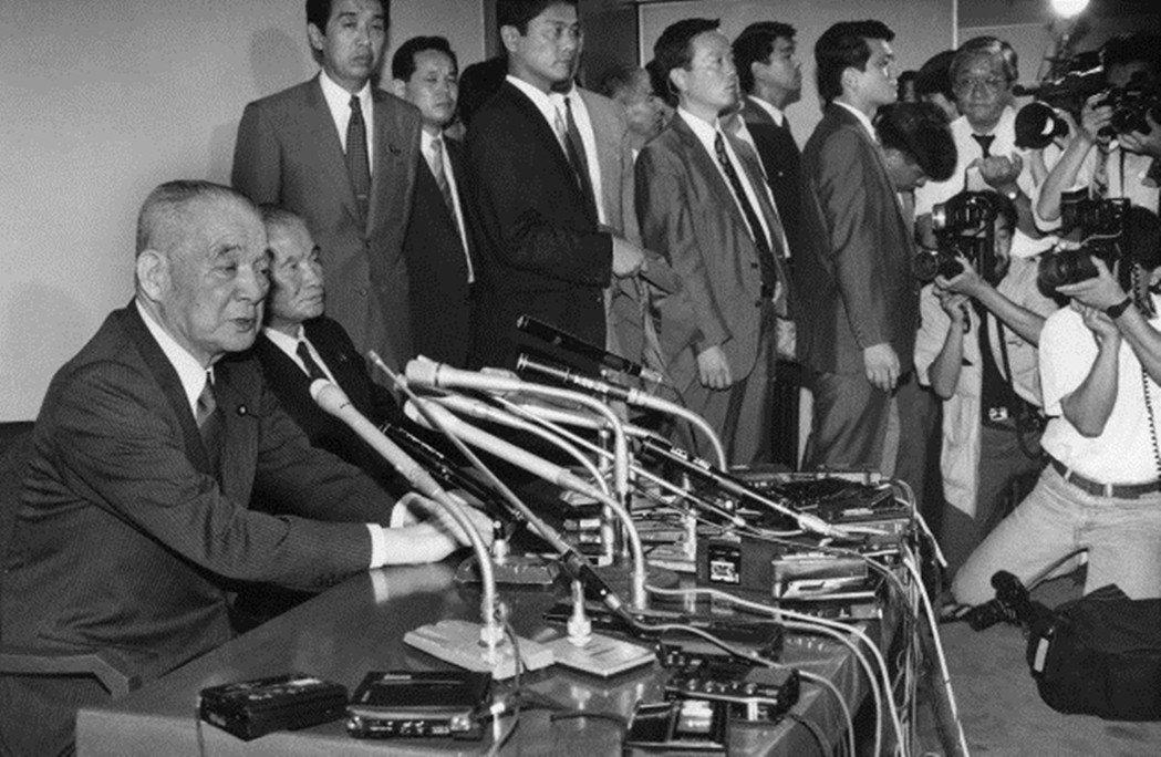 1992年(平成4年)發生的佐川急便事件,自民黨大老金丸信(左一)遭到逮補,還牽...