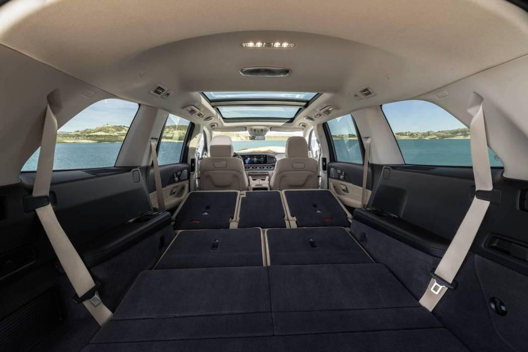 新世代Mercedes-Benz GLS 最多可提供2,400公升的行李箱容積。...