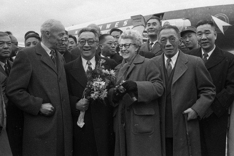 五四運動的主要倡議者胡適(中持花者)與羅家倫(右2)在1949年後皆到台灣。圖為...