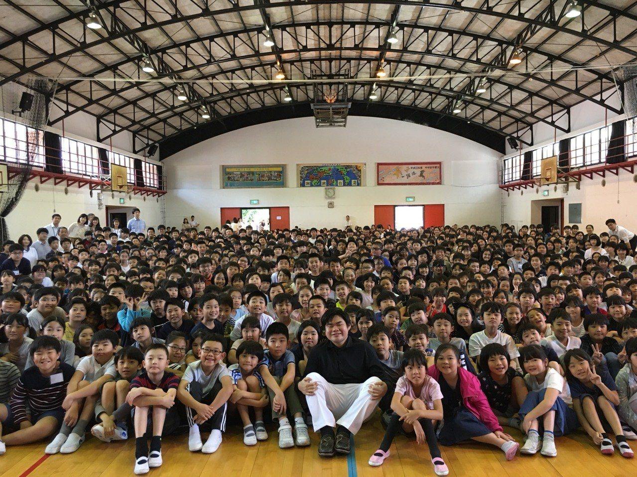 日本天才視障鋼琴家至日僑學校為學生演奏,圖/聯合數位文創提供