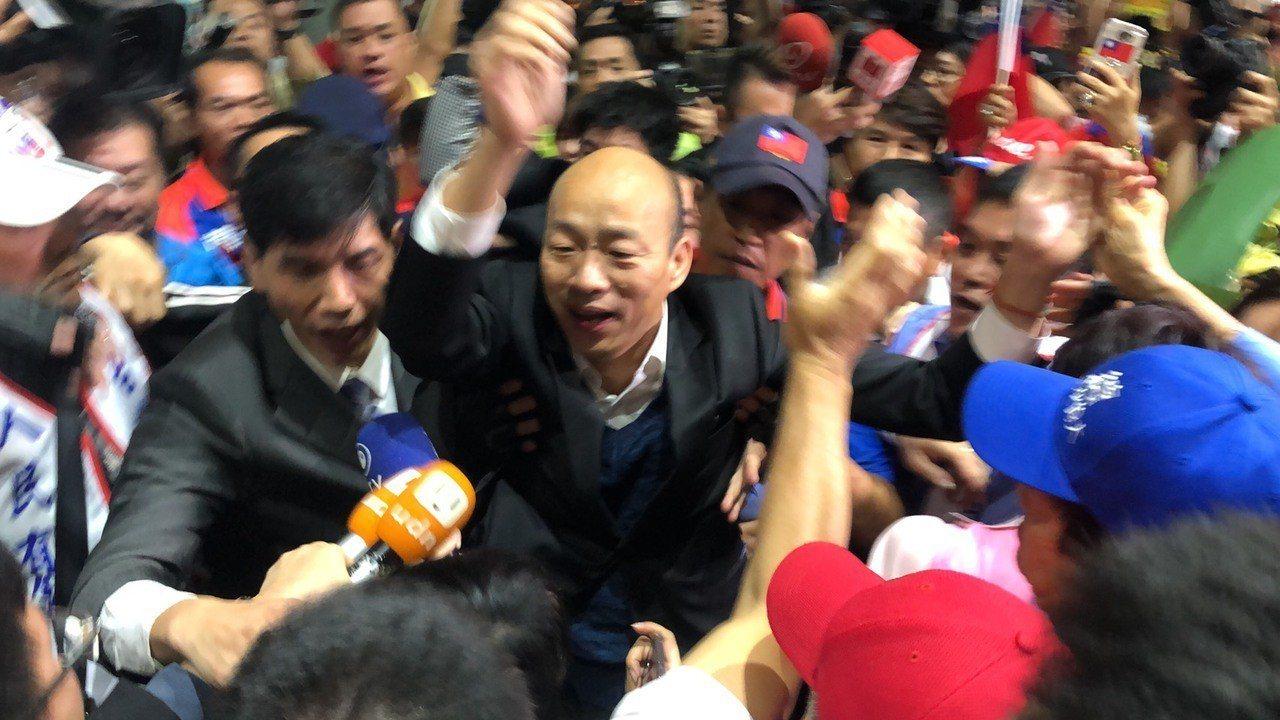 韓國瑜被支持者包圍。記者曾健祐/攝影