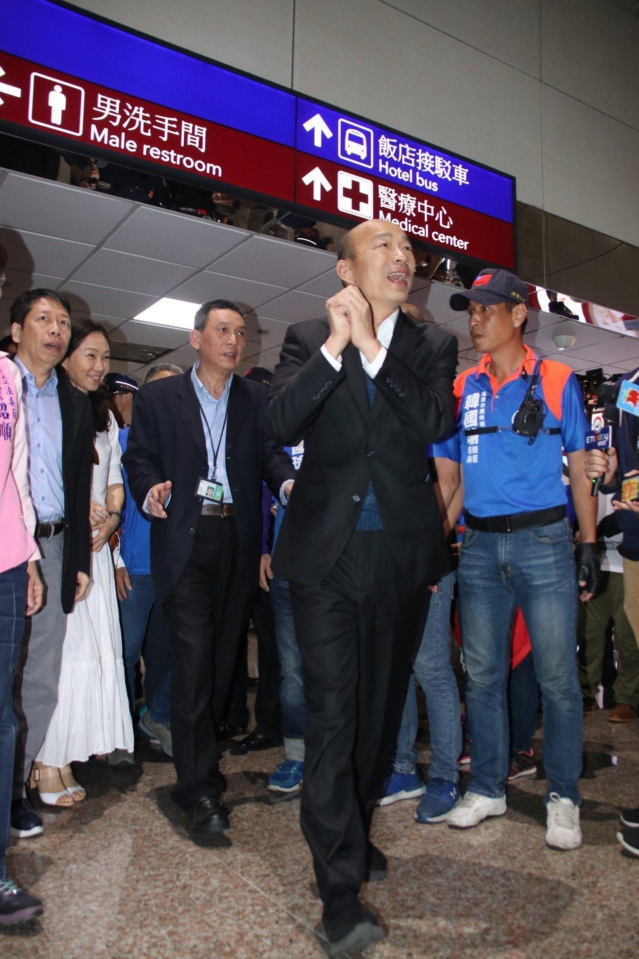 韓國瑜抵台,上百名「韓粉」到場接機。記者曾健祐/攝影