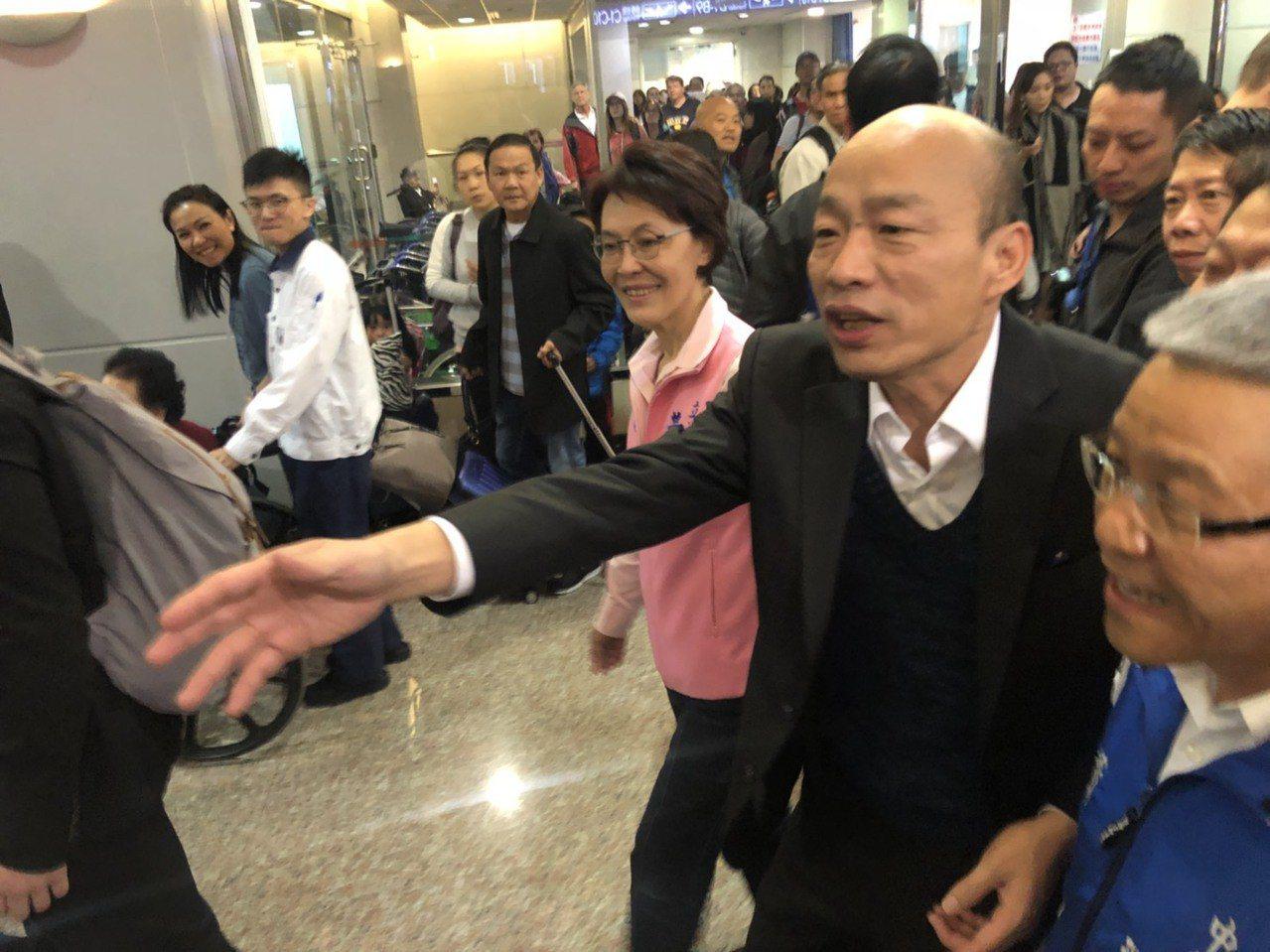 高雄市長韓國瑜結束9天訪美行程,今天清晨回到桃園機場,他說,感受到僑胞的熱情,收...