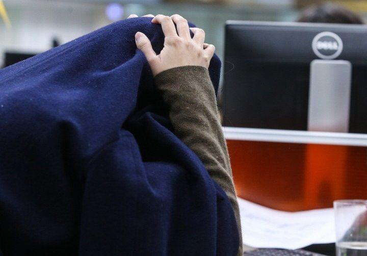 很多上班族因掛心工作而憂鬱、焦慮。諮商心理師建議跳脫自身情境,就能從焦慮想法中脫...