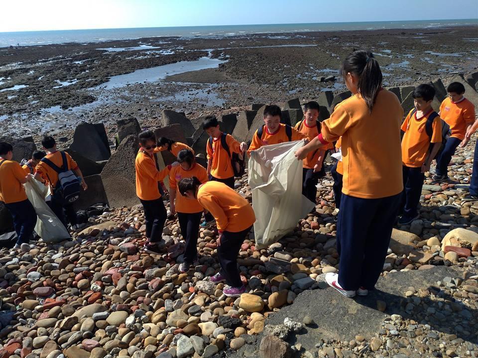 桃園市復旦高中藻礁導覽志工隊,培訓高中生成為藻礁導覽員,帶領國中、國小學生實地至...