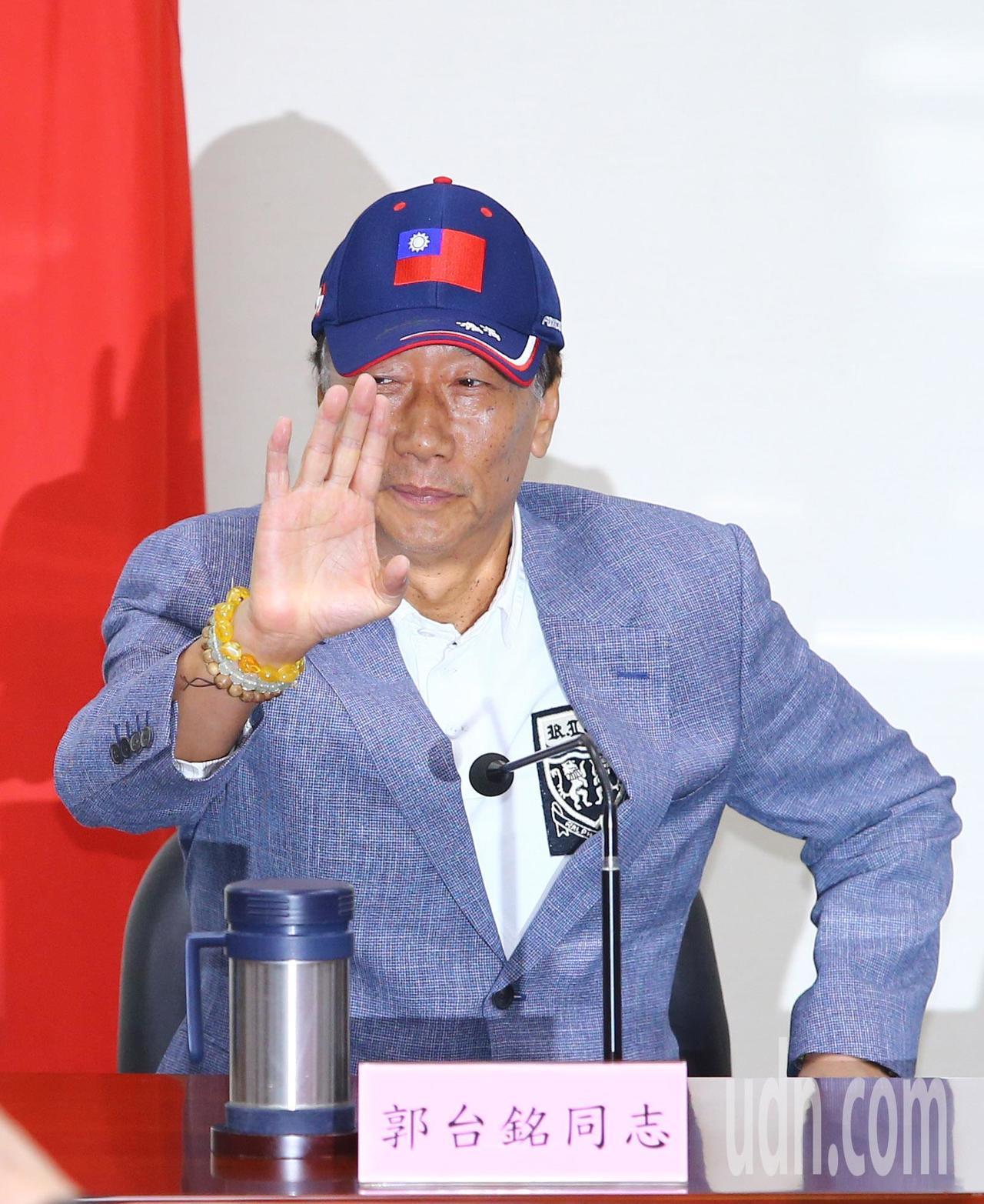 鴻海董事長郭台銘昨天出席中常會接受國民黨致贈榮譽狀。記者陳柏亨/攝影