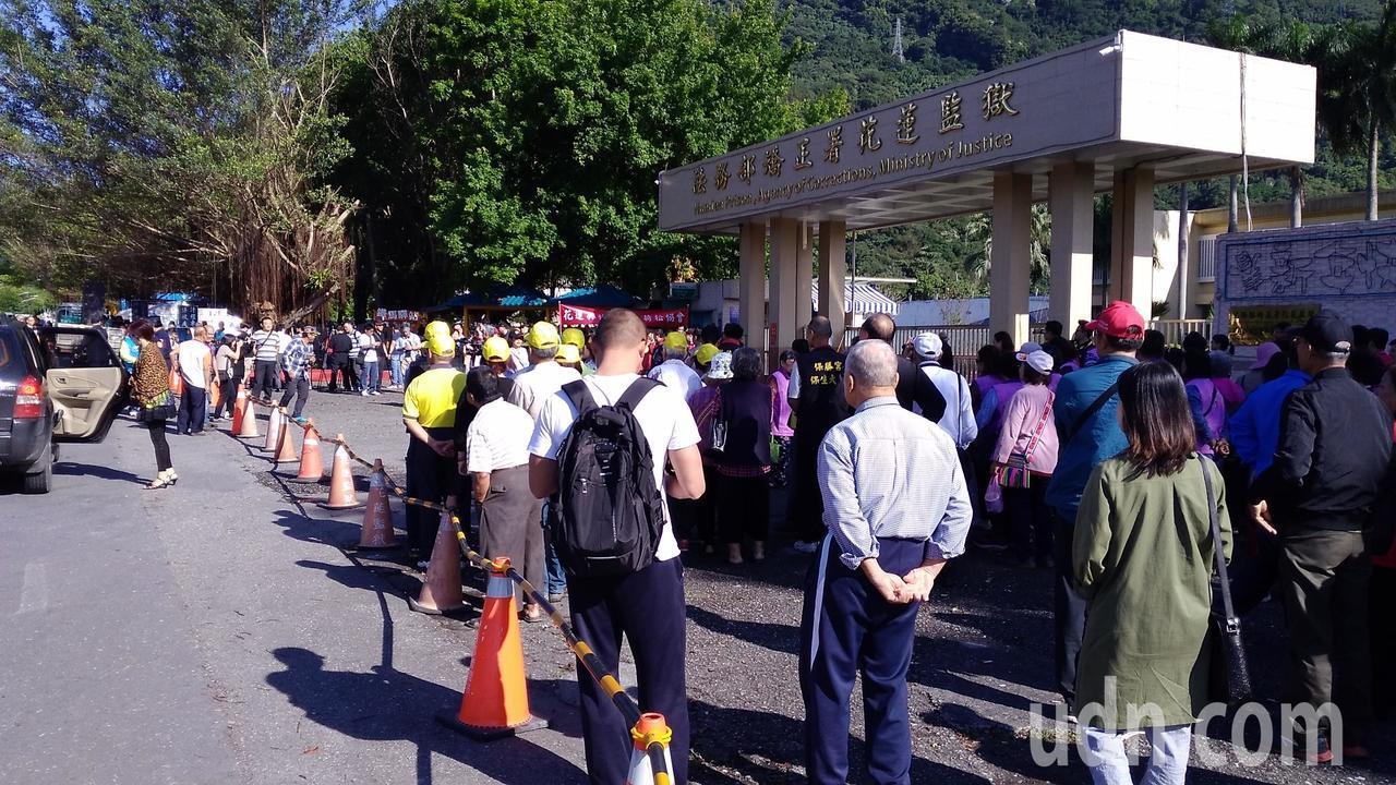 現場已聚集近百人。記者余衡/攝影