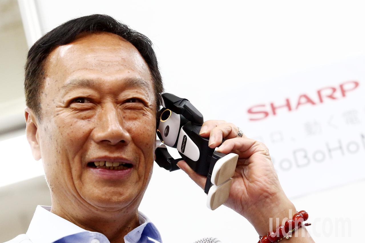 2016年日本的夏普被鴻海收購,圖為鴻海董事長郭台銘介紹夏普的手機機器人。本報資...