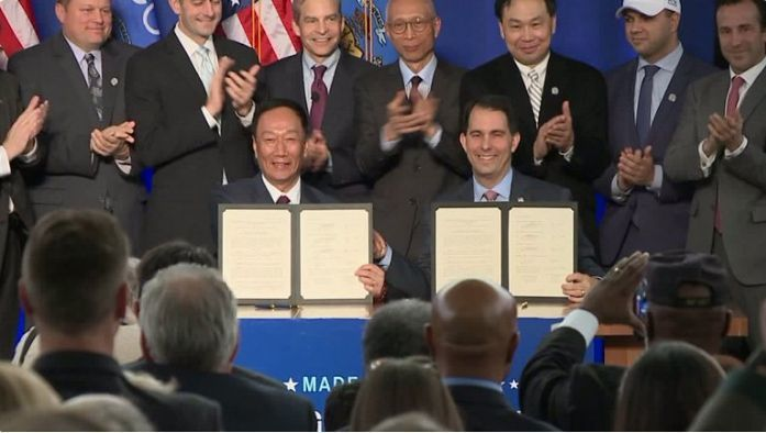 美國威州州長沃克(Scott Walker)與鴻海董事長郭台銘於2017年簽下投...