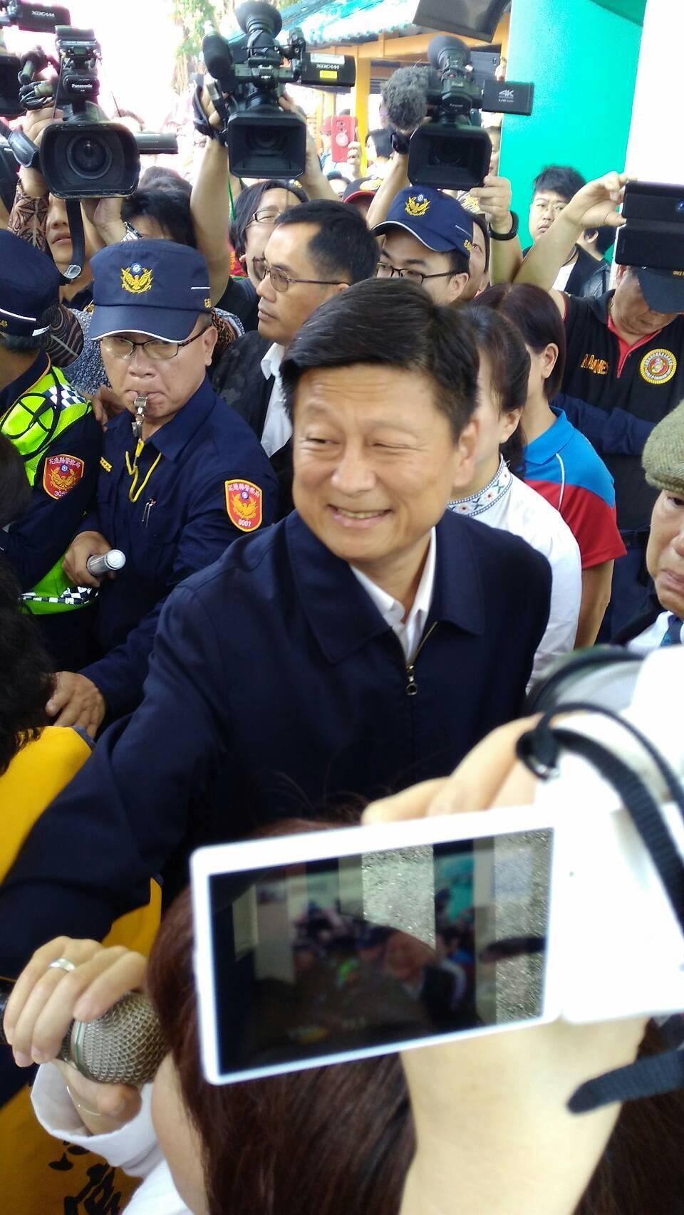 花蓮前縣長傅崐萁今天出獄,身形較以往削瘦。記者余衡/攝影