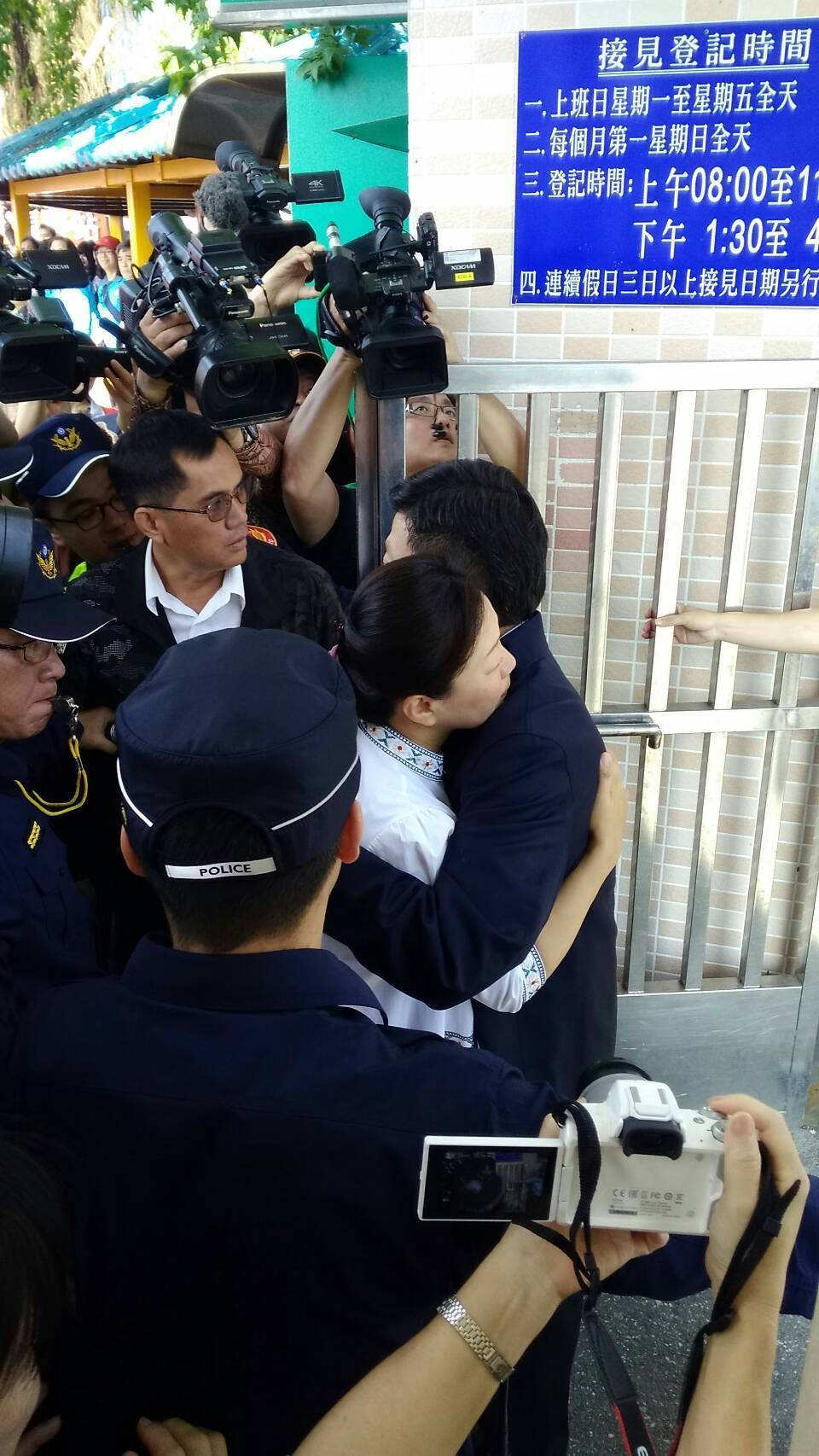 花蓮前縣長傅崐萁今天出獄,與妻子徐榛蔚相擁。記者余衡/攝影