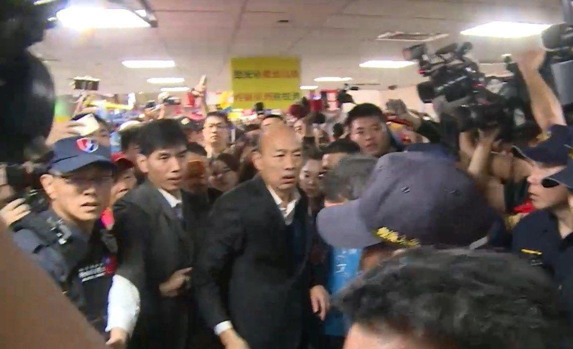 高雄市長韓國瑜結束9天訪美行程,今天清晨回到桃園機場,由於接機民眾太熱情,過程中...