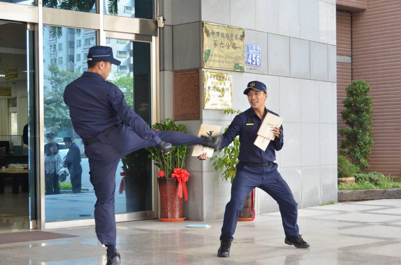 警政署換裝的新警服今天上線,第六警分局多名警官利用跆拳道飛踢、迴旋踢等動作,展現...