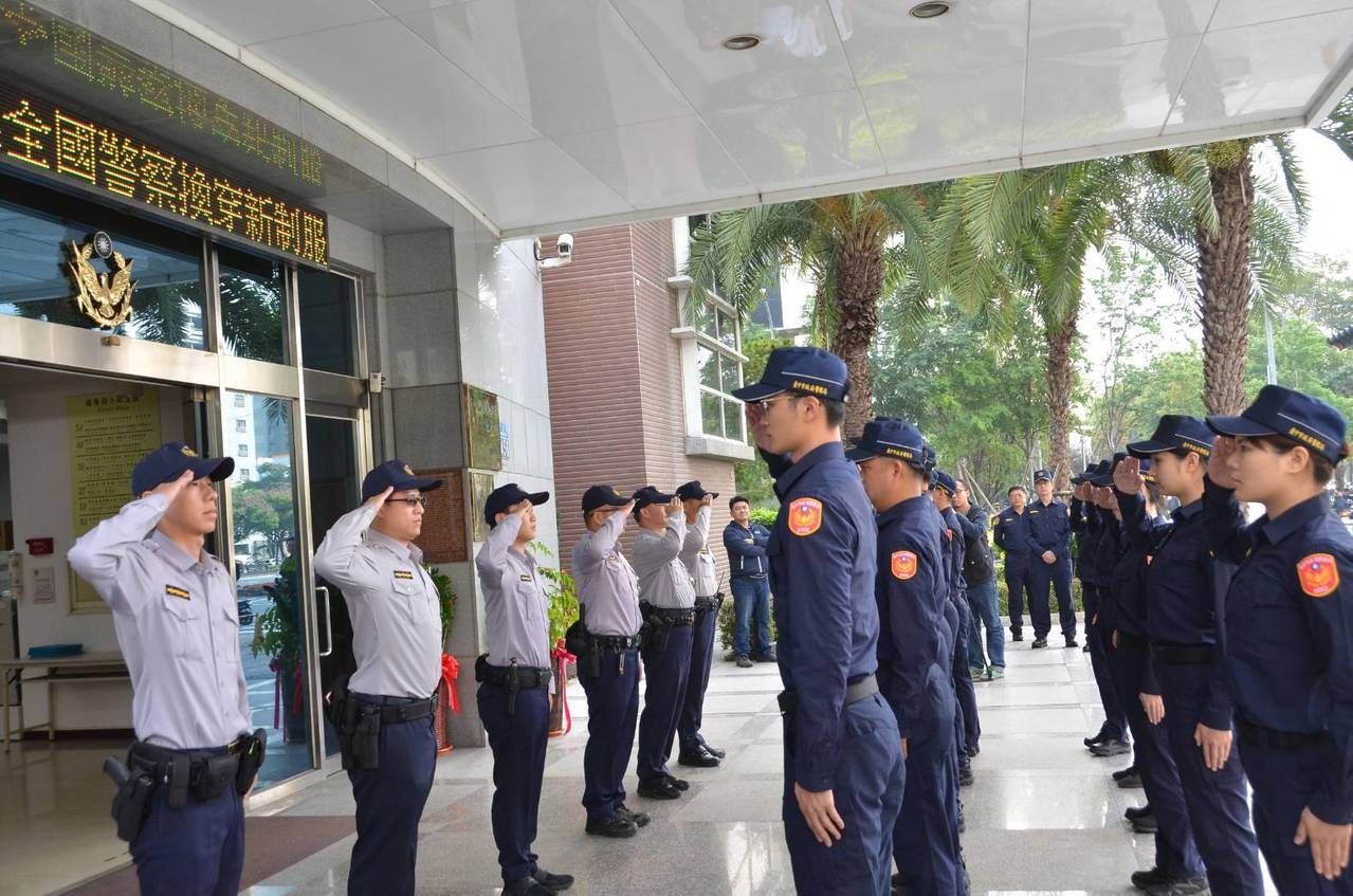 警政署換裝的新警服今天上線,第六警分局在分局門前進行交接儀式。圖/台中市第六警分...
