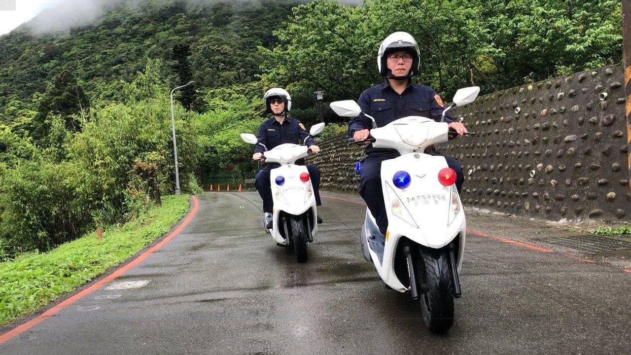 竹子湖派出所員警換穿新制服執勤。記者蕭雅娟/翻攝