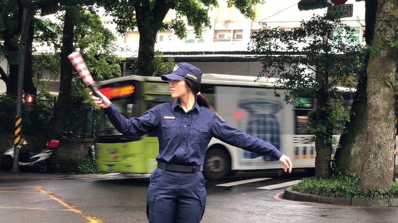 竹子湖派出所員警實施交通管制。記者蕭雅娟/翻攝